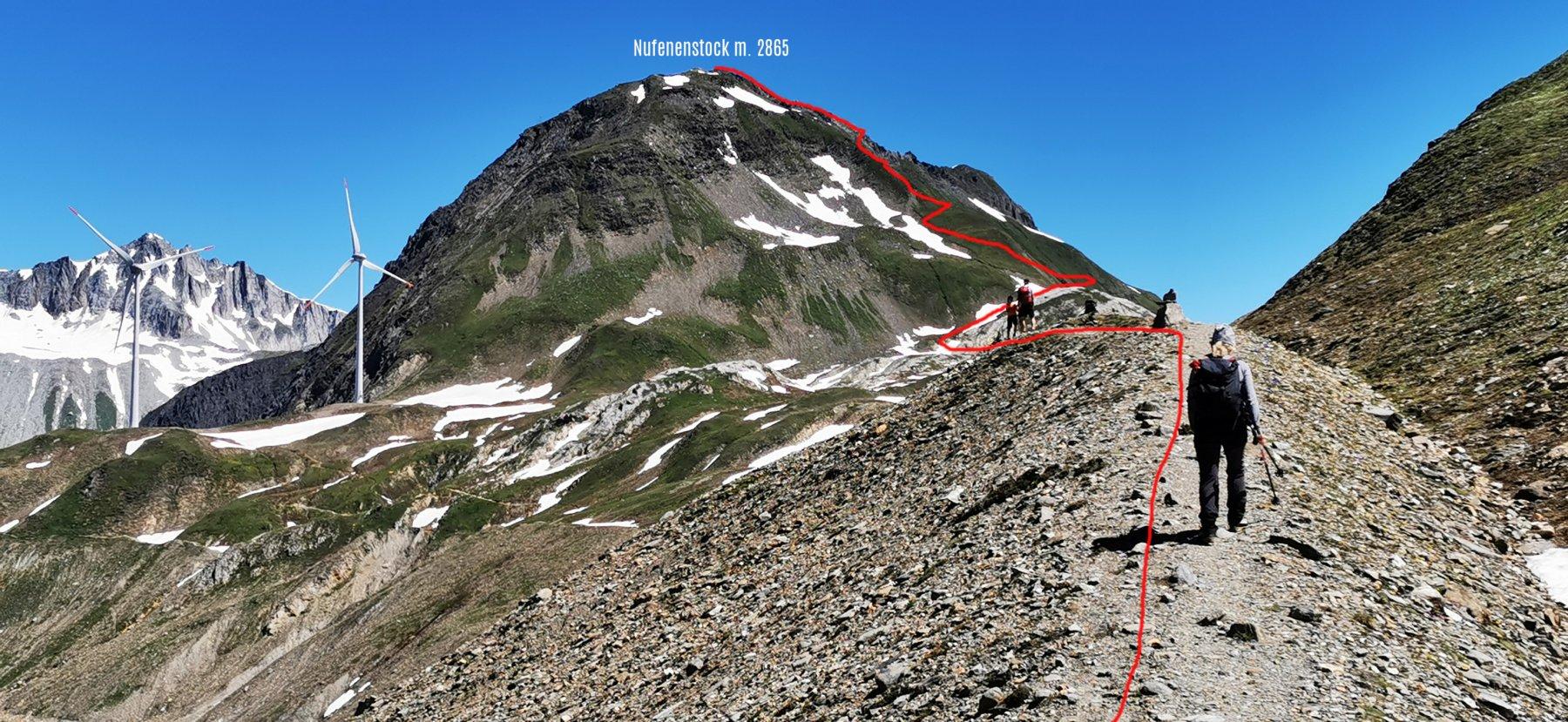 la parte alta dell'itinerario di salita osservata da quota 2490 m nel Vallone del Gries