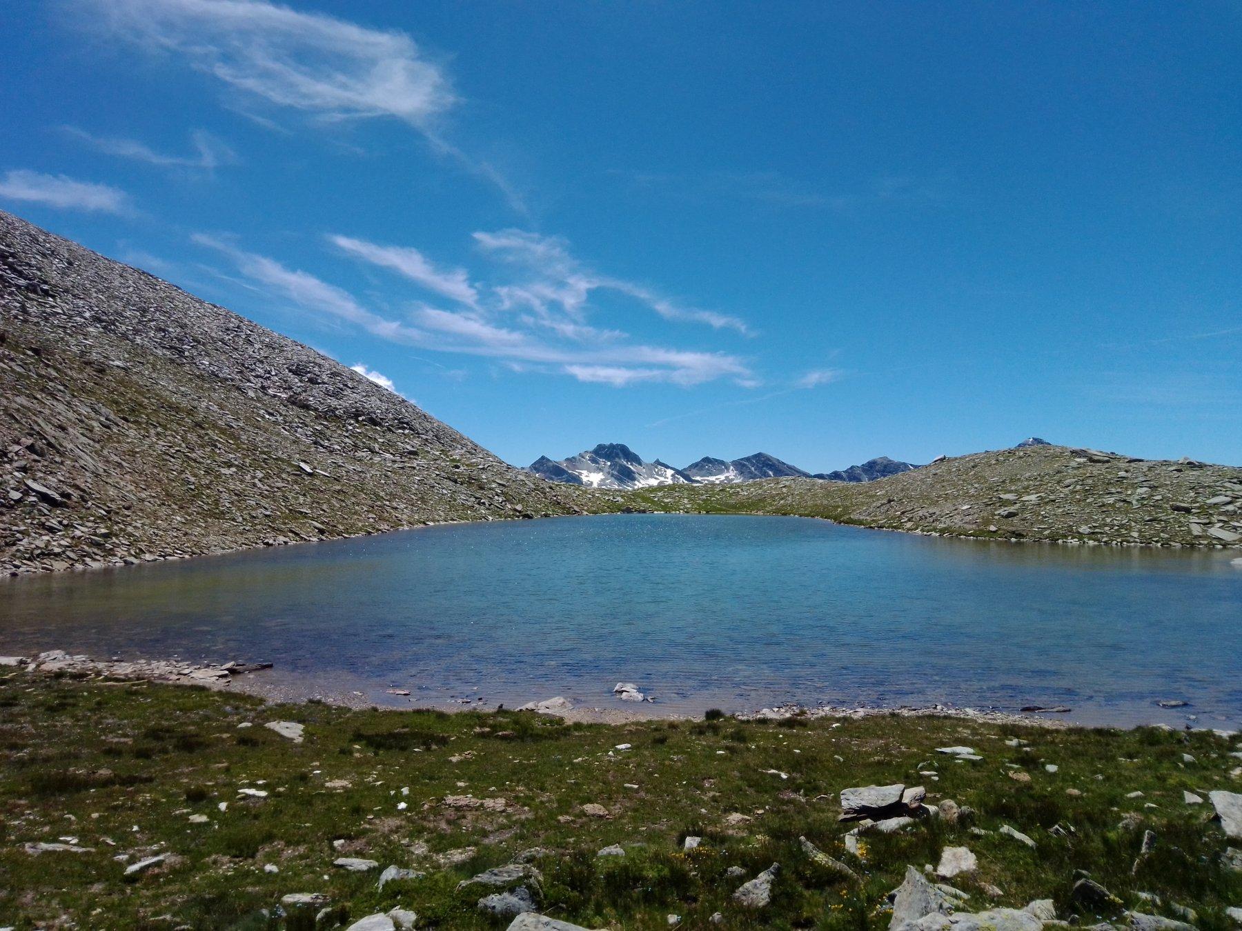 la Rocca la Marchisa fa capolino oltre la conca del lago reisassa
