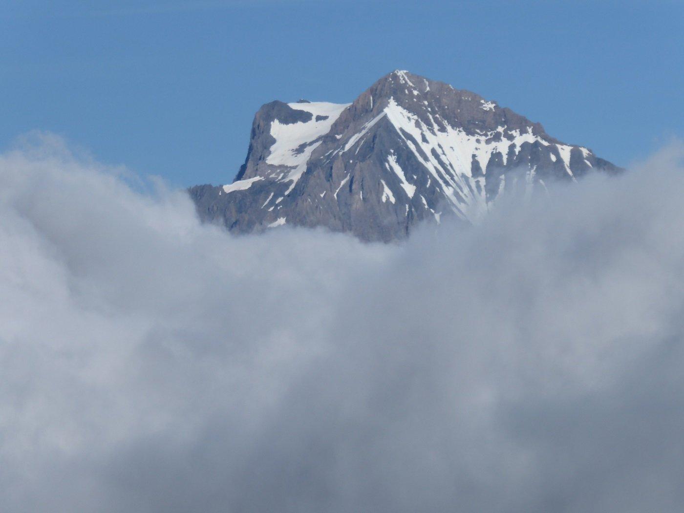 La Dent Parrachéé emerge dalle nubi.