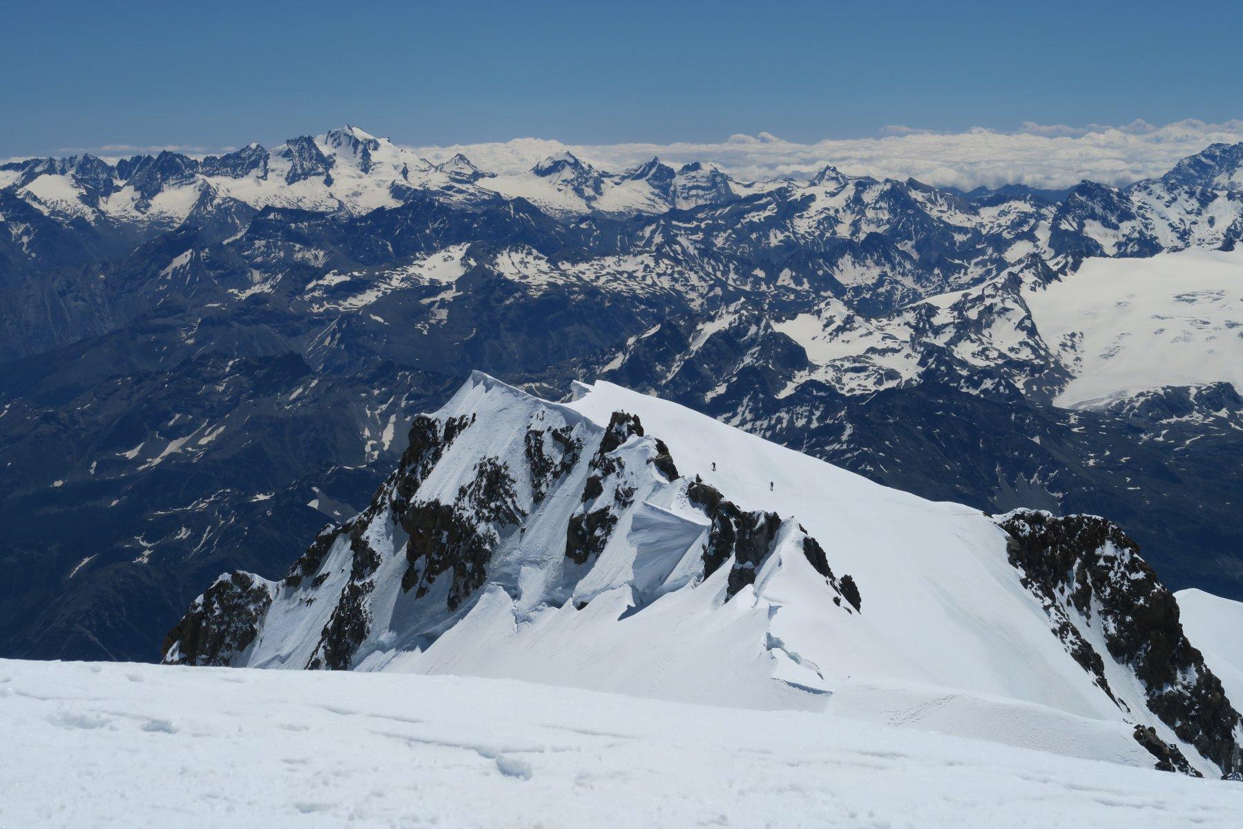 2 alpinisti stanno arrivando al Monte Bianco di Courmayeur