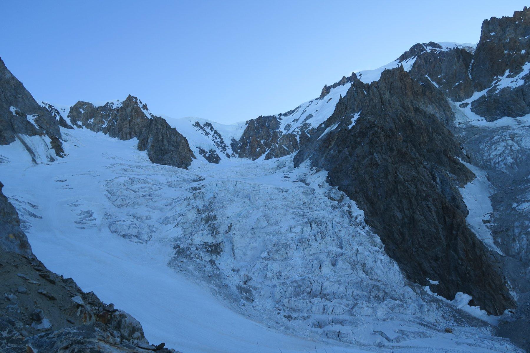 sulla sinistra il ghiacciaio da risalire al momento ancora abbastanza chiuso