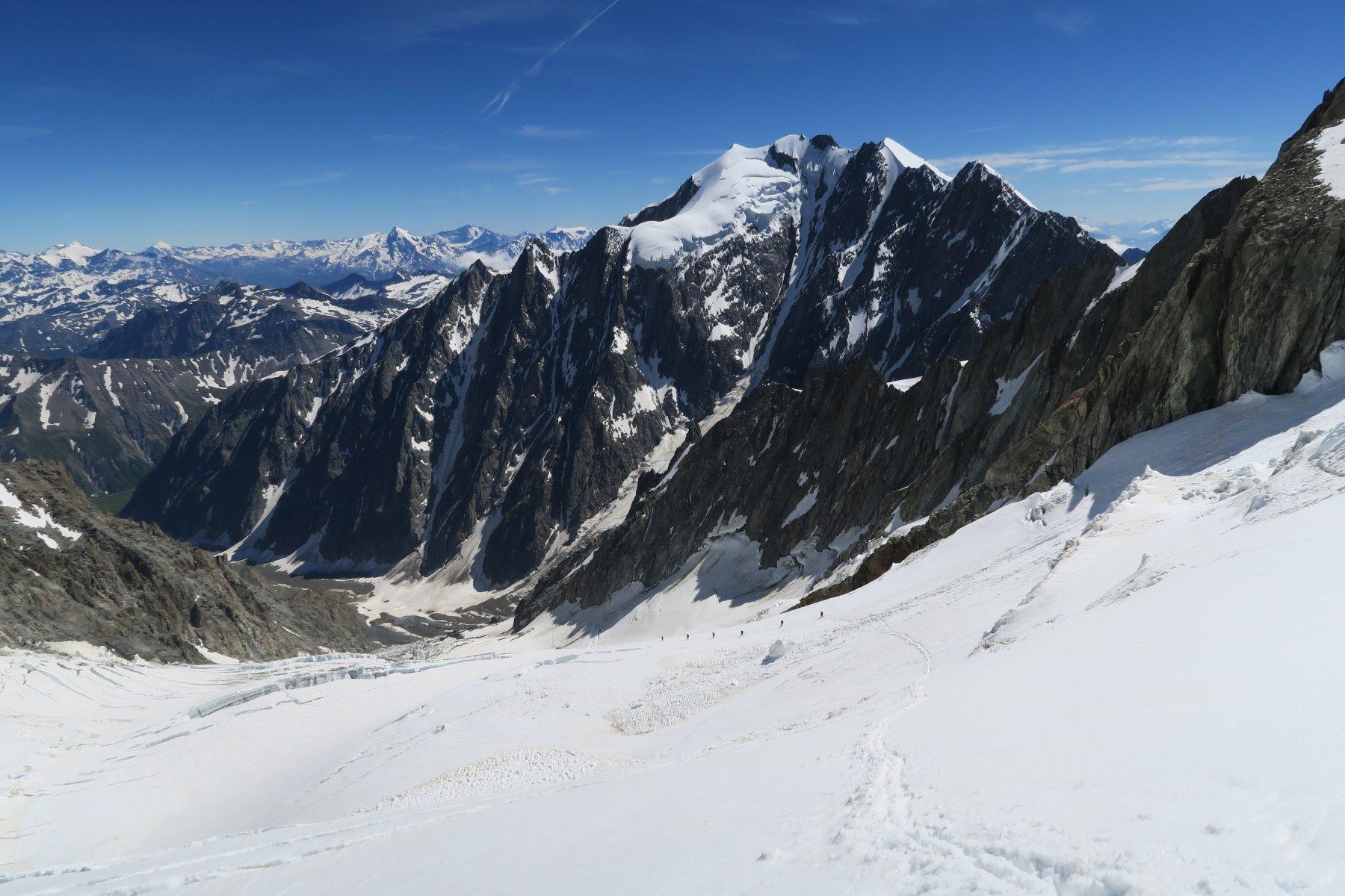 gruppone di alpinisti polacchi in discesa con la Trelatete sullo sfondo