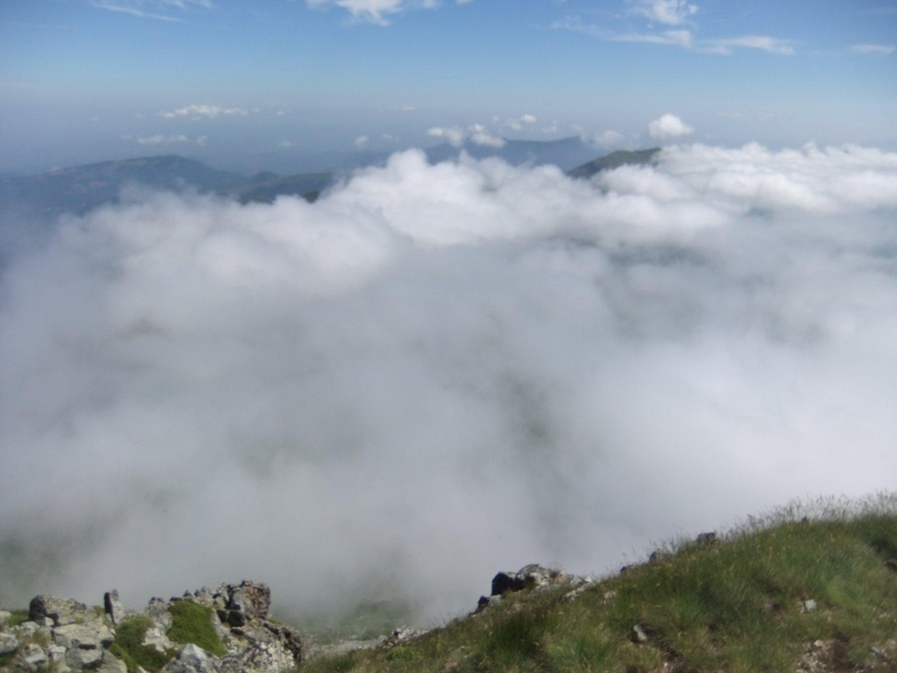 La nebbia avvolge la dorsale sino al Colle dei Termini , che devo percorrere ...