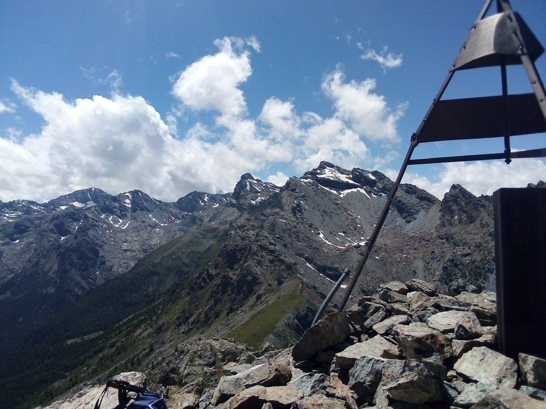Dalla cima, le vette alla testata della valle (in centro il monte Avic).