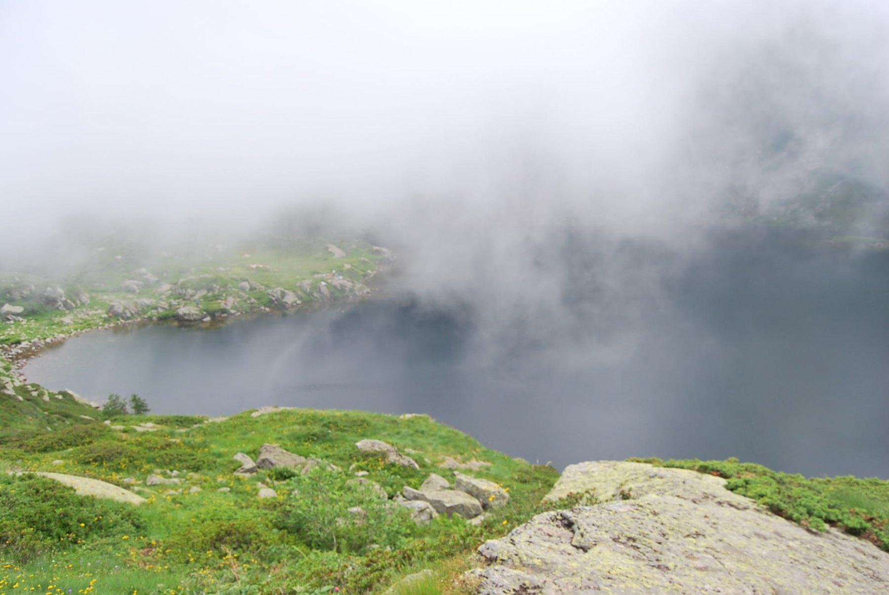 Il Lago della Vecchia. Oggi impossibile scorgere sulla superficie un fantasma dai lunghi e bianchi capelli