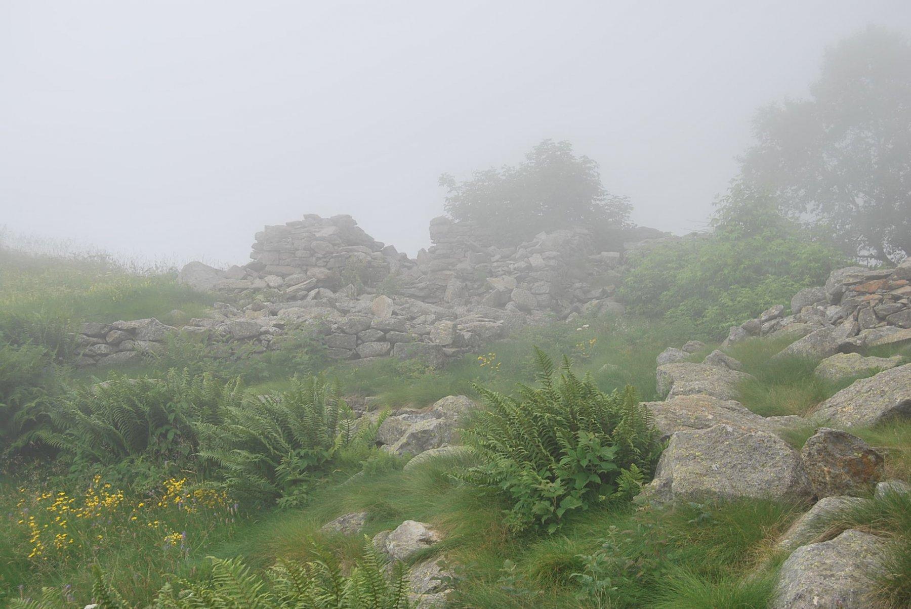 L'arrivo ai ruderi dell'alpe La Vecchia inferiore, con visibilità ridotta al minimo