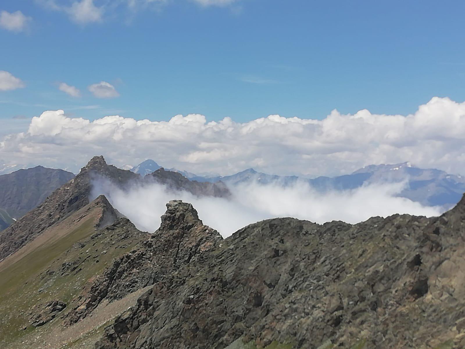 Cresta del Confine Italia Francia (dall'uscita francese del Buco di Viso), nebbia in Italia