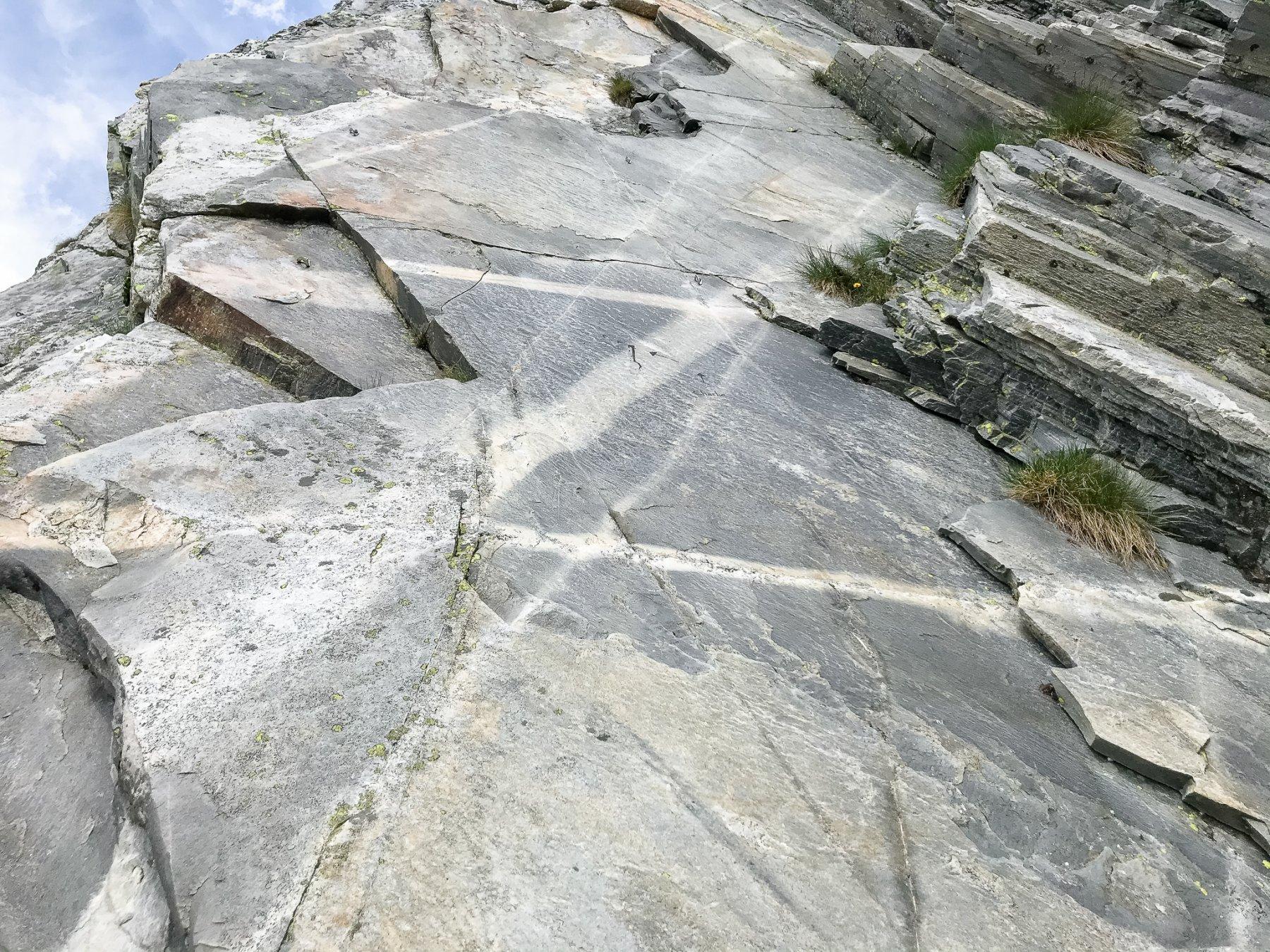 Lastroni lisci come il marmo alla base della parete
