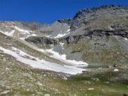 Il lago della Vecchia e, al centro foto, la pietraia di salita al Giusalet