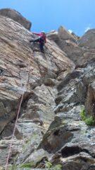 Verso la parte alta: un bel risalto alternato a rocce rotte.