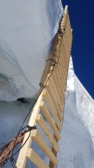 La scala posizionata nel punto in cui era crollato il ponte di neve a fine luglio.
