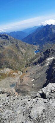 La val di Viù dalla cima, con il rifugio Tazzetti e il lago di Malciaussia