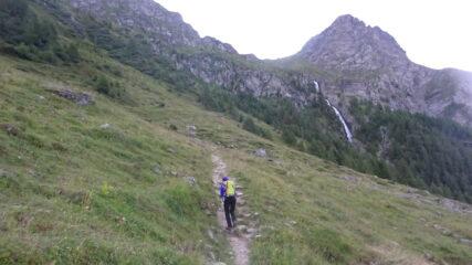 Sul sentiero verso la Cabane de Tracuit mentre comincia ad albeggiare