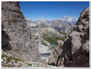 Il rifugio Locatelli visto dal sentiero della Pace