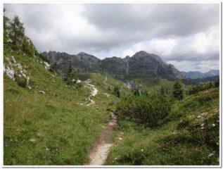 Il lungo traverso verso i laghi d'Olbe : in fondo sulla destra il Monte Lastroni