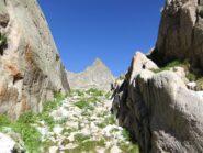Cima Lusiere incorniciata dalle rocce