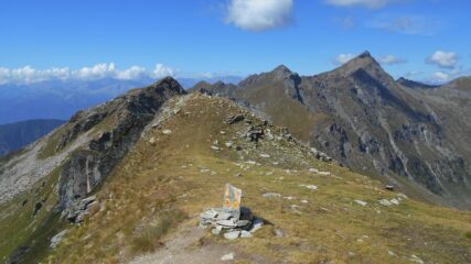 Sulla cresta spartiacque con il vallone di Mascognaz, con vista sul Bussola