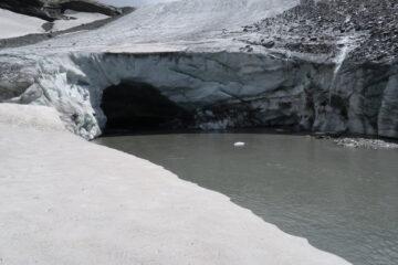 tunnel scavato dall'acqua al termine del ghiacciaio