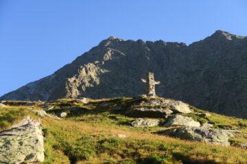 la grande croce di pietra poco sotto il bivacco