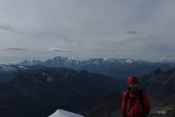Il socio e il panorama sul Bianco dalla cresta sommitale