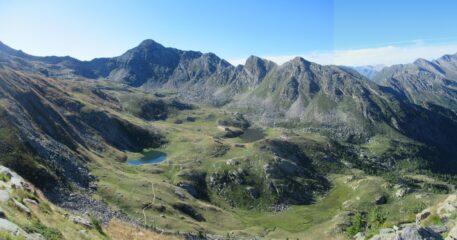 La conca dei tredici laghi con al centro il Cornour