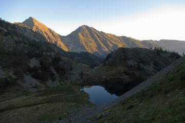Salendo nel vallone Guercia, vista su lago San Bernolfo e alba su Laroussa