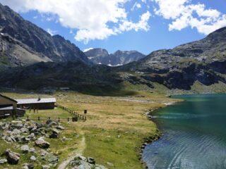 Lago basso e bivacco.