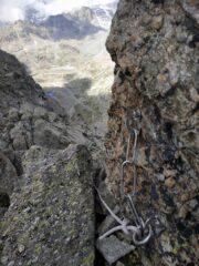 Nuove soste con calata. La corda fissa all'inizio della via.
