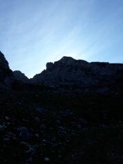 la sagoma scura della Cime della Fascia, di primo mattino