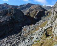 Esile traccia, segnata da bolli rossi, in direzione Alpe Colletto