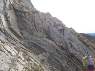 superamento della placca attrezzata con corda  all'inizio della salita a Rocca La Meja