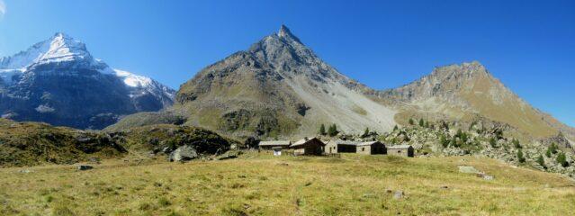 Casolari Nomenon con da sx Grivola Gran Nomenon e Monte Fayret