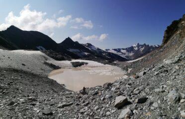 Il laghetto glaciale sotto il colle