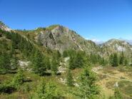 Dietro il Bert, il Monte Baret, col Monviso sullo sfondo