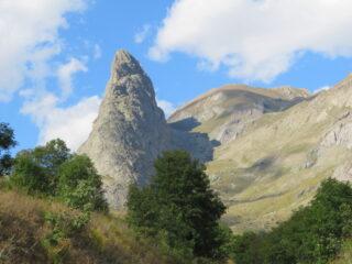 La Rocca Provenzale, con il M. Eighier alle spalle
