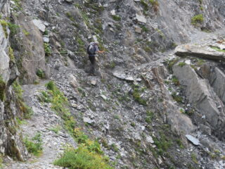 Passaggio esposto nel sentiero balcone (gola di fondovalle Bellecombe)