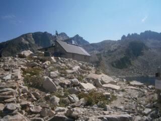rifugio e cresta Savoia dal lago Portette