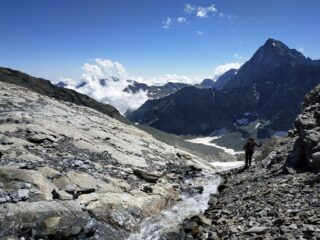 Breve tratto di sfasciumi, raccordo tra lingua nevosa e ghiacciaio, abbiamo tenuto i ramponi