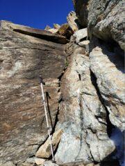 Passo chiave del crestone ovest dopo le placche appoggiate: 2 pietre incastrate nella fessura fanno da gradino.
