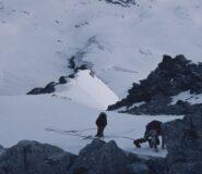 Una cordata sta per raggiungere le rocce della vetta.