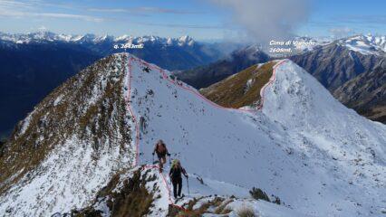 In salita sulla cresta del P.zo Bello. In rosso alle nostre spalle la traccia di cresta che faremo dopo.