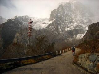 strada Enel verso la centrale del lago dietro ls Torre