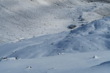 sopra il rifugio sassi in agguato sotto la neve fresca caduta nella notte