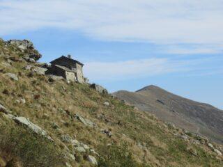Rifugio Peretti Griva e sullo sfondo il Monte Soglio