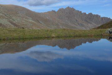 La Rocca Moross si specchia nel laghetto