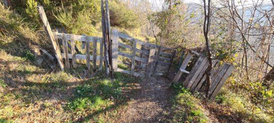 il primo cancello lungo il sentiero (si attraversa una zona di pascolo)