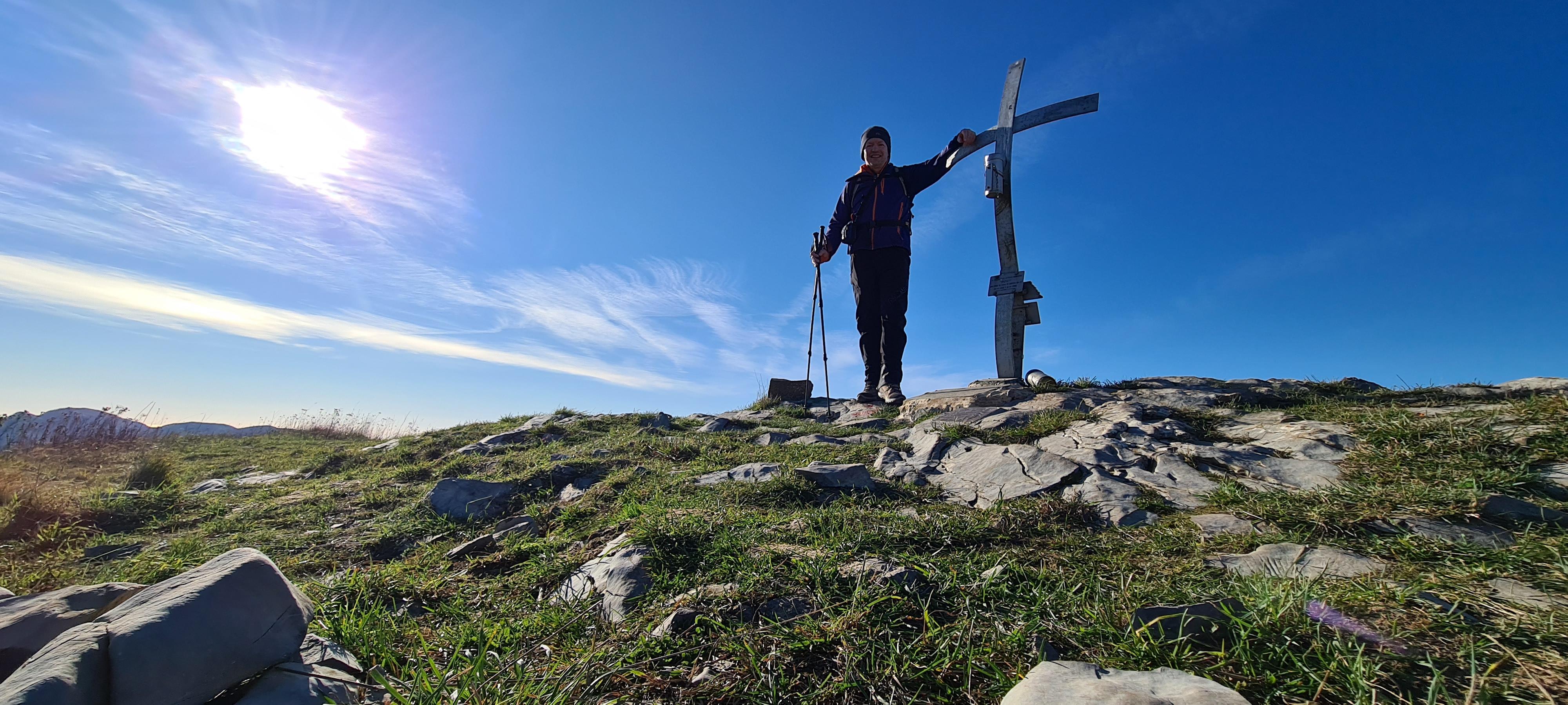 in vetta al Monte Alpesisa
