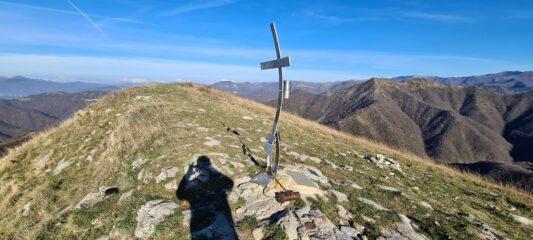 l'ampia cima del Monte Alpesisa