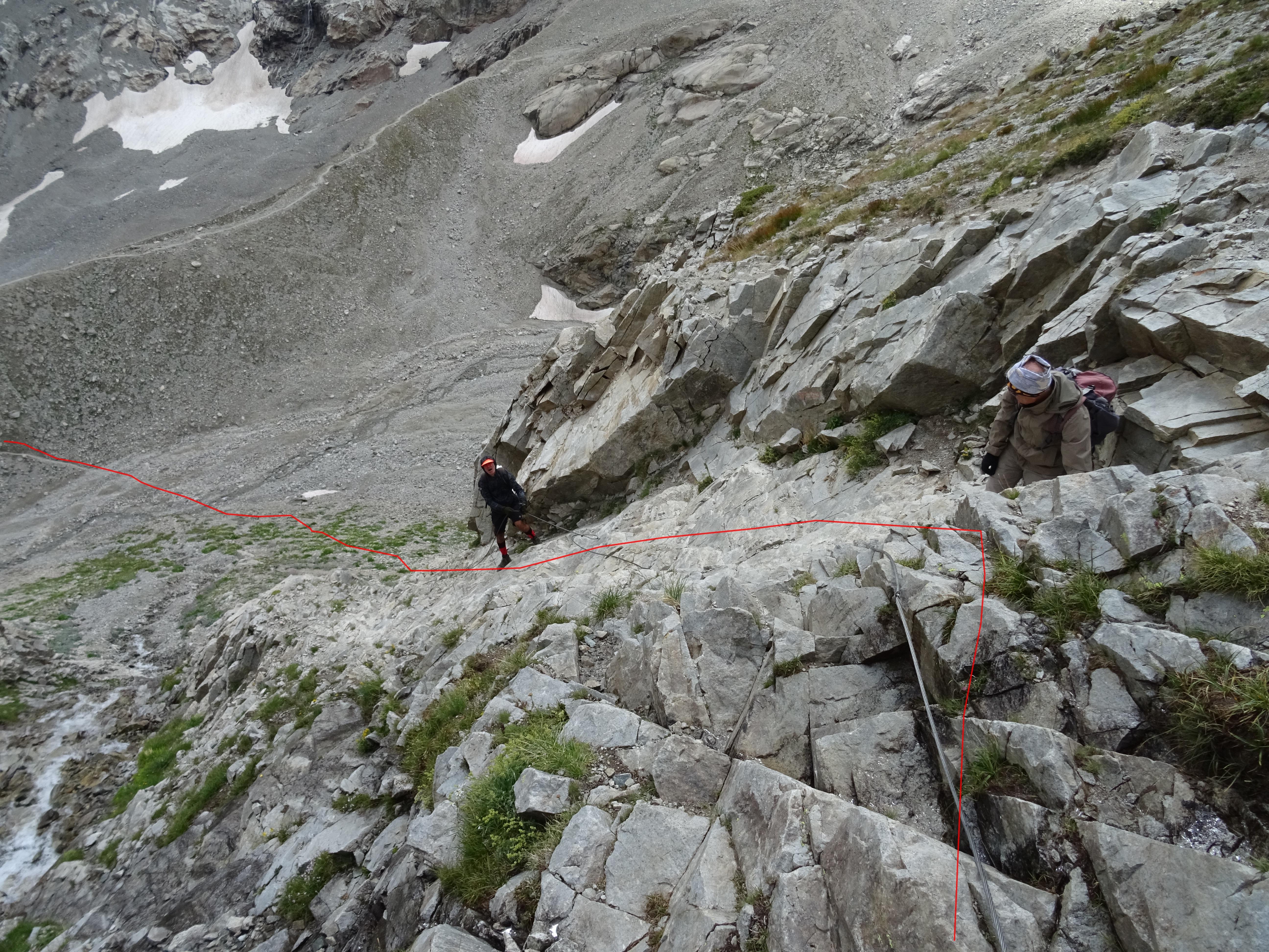 In rosso la traccia di discesa sul sentiero attrezzato con cavi che scende verso la morena.