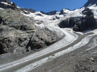 Dal rifugio percorriamo il breve tracciato attrezzato con cavi che scendono verso il ghiacciaio.